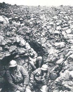 Soldaten im Schuetzengraben